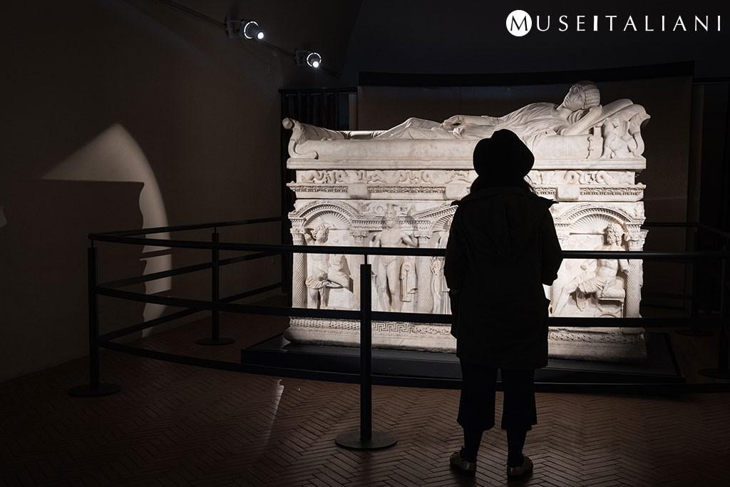 Sarcofago di Rapolla opera in marmo del II secolo d.C.